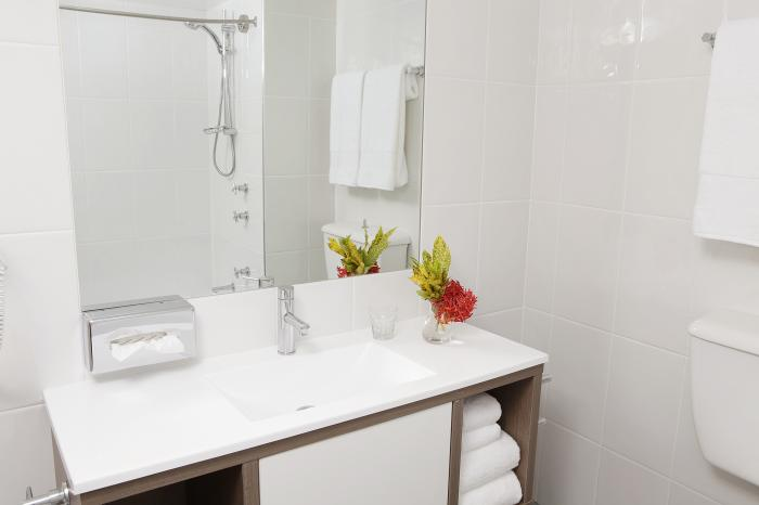 Rydges Plaza Cairns Deluxe Bathroom